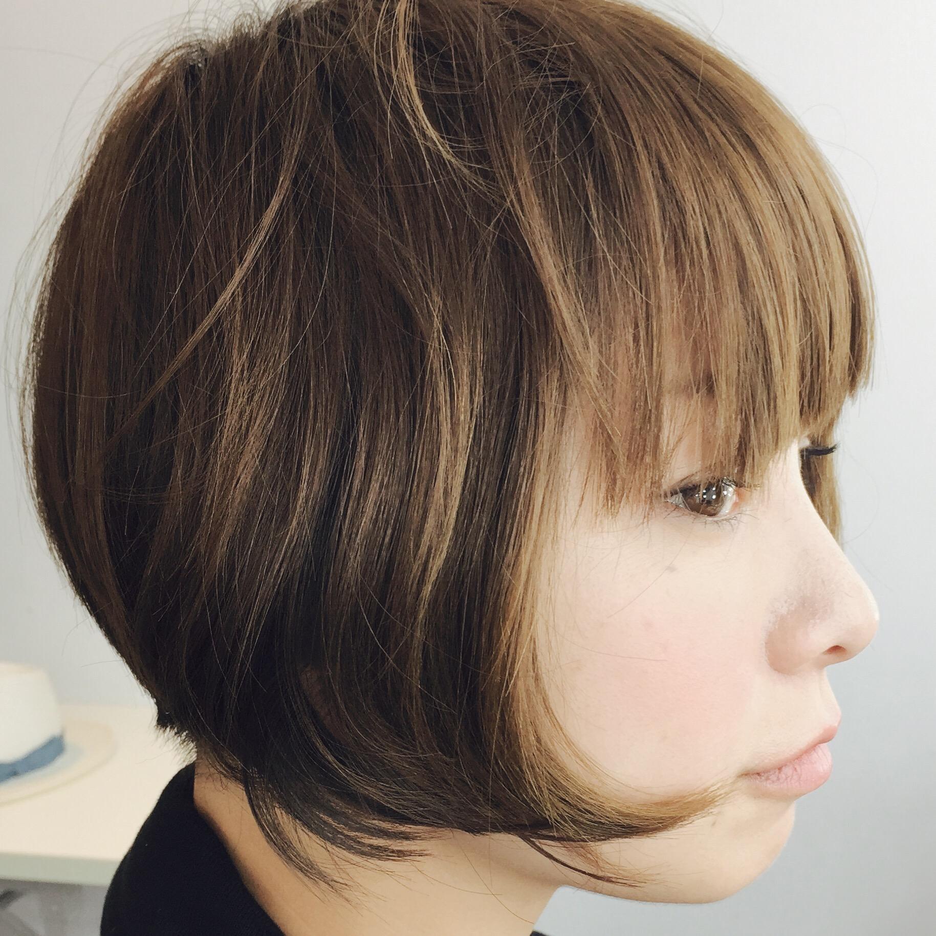前髪重めでサイドが長いショートヘアの横顔の田中美保